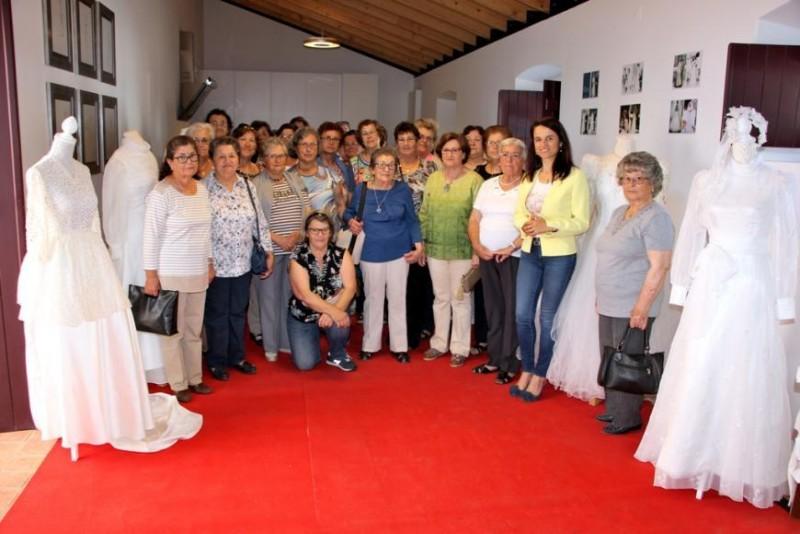 3f1bd3cdf Vestidos de Noiva do inicio do seculo XX na exposicao Do Mar a Serra ...