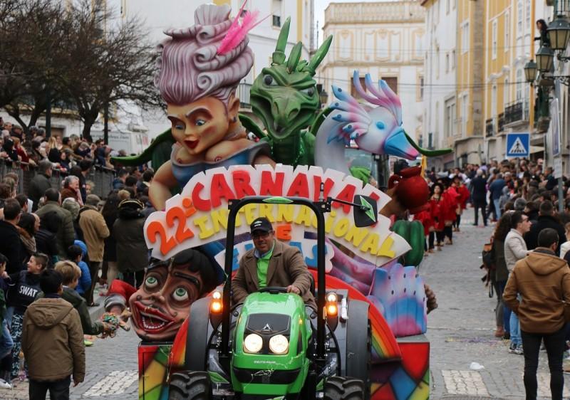 Milhares de foliões nas ruas para assistir ao Carnaval Internacional de Elvas
