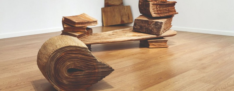 Exposição de escultura Sete livros sobre a natureza de uma árvore de Volker Schnnettgen para visitar em Loulé