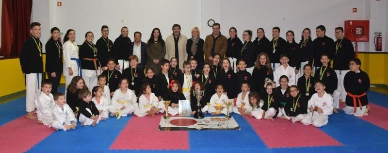 Escola Karaté Giz e Caderno de Linhas conquista troféus