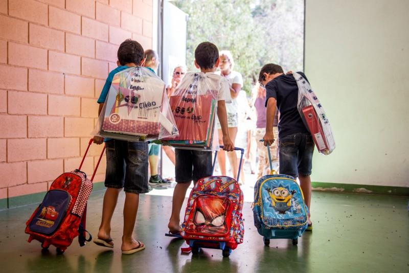 Mais de 5 mil alunos recebem manuais e material escolar